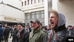 Пророссийские участники протестов в Симферополе 26 февраля 2014 года