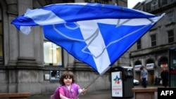 "Британи -- Шотланди йозуш йоцуш хиларан, тIехь ""ХIаъ"" яздинчу, байракхца ловзуш ю жима йоI Шотландерчу Абердин гIалахь. Гезг 15, 2014"
