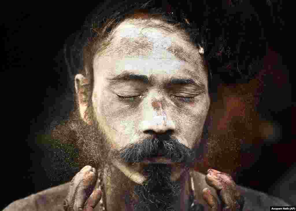 Садху, рэлігійны аскет, рыхтуецца да народнага фэсту ў індыйскім штаце Гаўхаці.