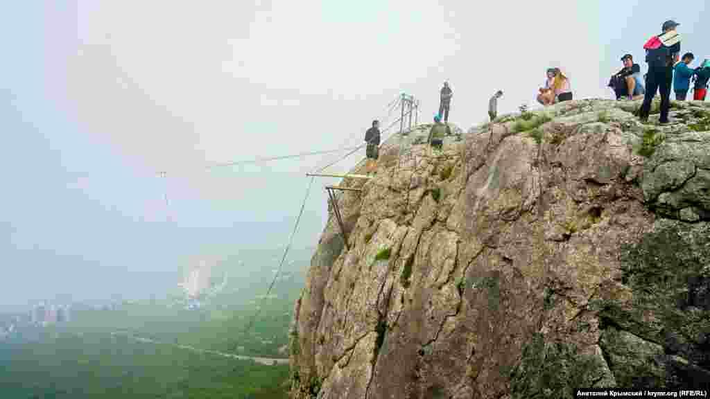 Утром на вершине Деликли-Бурун (с крымскотатарского – дырявый мыс) появились любители банджи-джампинга. Экстремальное удовольствие стоит 3000 рублей (1400 грн)