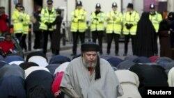 Londonda polisin müşayiəti ilə namaz, 24 yanvar 2003