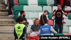 Затрыманьне заўзятара зь бел-чырвона-белым сьцягам на футбольным матчы. Ілюстрацыйнае фота