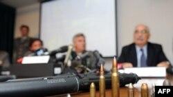 آرماندو اسپاتارو، دادستان ضد تروریسم ایتالیا، در یک کنفرانس خبری سلاح ها و مهماتی که از یک شبکه قاچاق اسلحه به دست آمده را نشان می دهد. وی گفته است که دو ایرانی از جمله حمید معصومی نژاد، خبرنگار رادیو و تلویزیون دولتی ایران، از جمله بازداشت شدگان هستند.