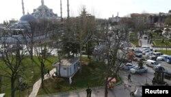 12 январь куни Истанбулнинг сайёҳлар билан гавжум Султанмаҳмат майдонида портлаш рўй берган жой дарҳол полиция томонидан қуршаб олинди