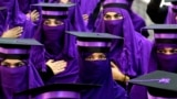 Owgan studentleri medisina hünärini berýän Mamon Tahiri institutyny tamamlap, gutardyş dabarasyna gatnaşýarlar. Kandahar. (EPA-EFE/Muhammad Sadiq)