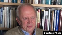 Александр Долинин на фоне набоковских книг