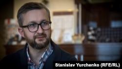 Один із ініціаторів збирання передач для моряків, активіст кримськотатрського національного руху Наріман Джелял
