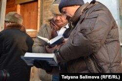 Чтение молитвы на улице рядом с томской солдатской синагогой
