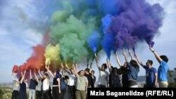 Радужный дым мобильного ЛГБТ-протеста
