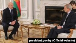 Президент Білорусі Олександр Лукашенко (л) зустрічався з єврокомісаром Йоганнесом Ганом в Мінську також 24 травня 2018 року
