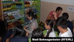 Мектептегі буфетте газды су мен шоколад алу кезегінде тұрған оқушылар. Алматы, 13 қыркүйек 2013 жыл.