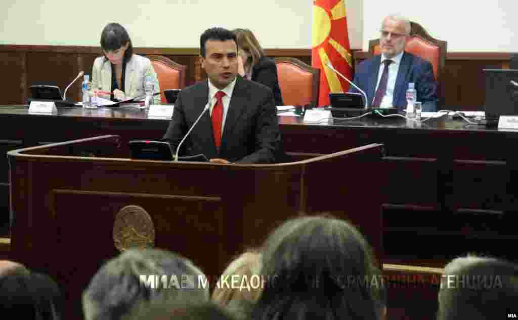МАКЕДОНИЈА - Премиерот Зоран Заев во Собранието рече дека уставните измени заслужуваат поддршка од сите пратеници. Пратениците на ВМРО-ДПМНЕ нема да учествуваат во менувањето на Уставот и затоа власта не може да обезбеди двотретинско мнозинство за промените, рече пратеникот од ВМРО-ДПМНЕ, Трајко Вељаноски.