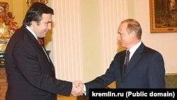 Михаил Саакашвили в бытность президентом Грузии и президент России Владимир Путин (справа). Февраль 2004 года.
