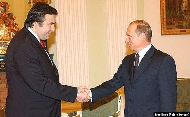 Бывало и такое: рукопожатие Михаила Саакашвили и Владимира Путина перед началом переговоров 11 февраля 2004 года