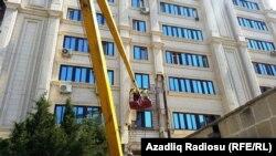 Binalardan üzlüklərin sökülməsinə başlanıb - Bakı. 21 may 2015
