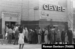 Muscovites line up to buy shoes in 1988.
