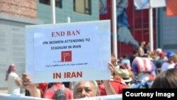 تظاهرات در کانادا برای پایان دادن به ممانعت حضور زنان در ورزشگاه های ایران، عکس تزئینی است