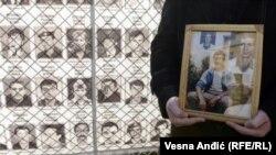 Prema određenim podacima na prostoru bivše Jugoslavije bilo je prijavljeno oko 40.000 nestalih osoba. Do sada ih je pronađeno blizu 25.000