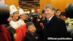 Президент Атамбаев Түркиядагы кыргыз диаспорасынын өкүлдөрү менен жолугушууда. Стамбул, 15-январь, 2012.