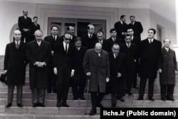 هویدا و اعضای کابینهاش هنگام ترک دفتر نخستوزیری