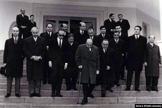 امیرعباس هویدا، نخستوزیر وقت، در حال ترک دفتر نخستوزیری