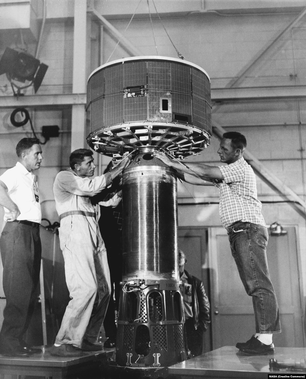 Непростой и физически утомительный момент – Tiros 1 водружают на ракету-носитель. 122-килограммовый спутник проработал 78 дней.