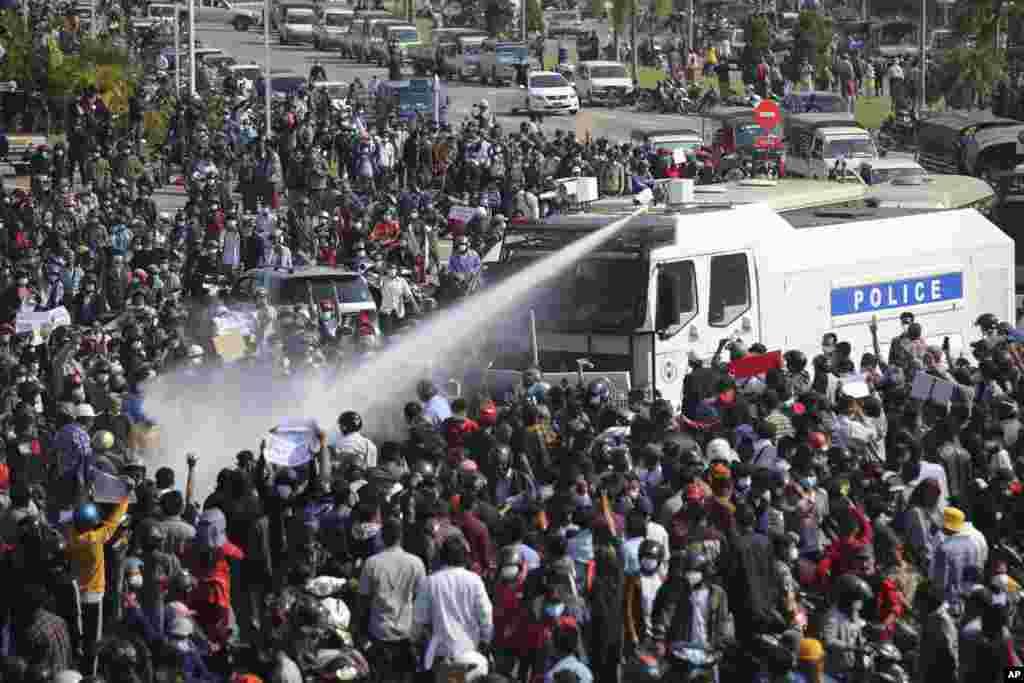 Полиция разгоняет протестующих водометом в Нейпьидо, 8 февраля 2021 года
