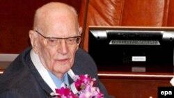 آرتور سی کلارک در جشن تولد ۹۰ سالگی در سریلانکا. عکس از خبرگزاری (EPA)