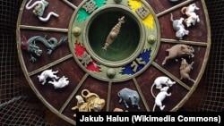 """Чыгыштын жылсанагы Жапониянын Фукуока шаарындагы синтоисттик """"Кусида"""" (""""Кушида"""") ыбаадатканасынын дарбазасынын шыбына оюлуп чегилген."""