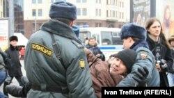 Полицейские задерживают участников акции протеста. Москва, 17 марта 2012 года.