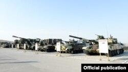 Ադրբեջան - Ռուսական արտադրության տանկեր և հրետանային համակարգեր ադրբեջանական բանակի զորավարժությունների ժամանակ, հունիս, 2014թ.