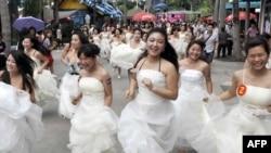 Марафон невест в честь Международного женского дня. Шэньчжэнь, Китай, 6 марта 2010 года.