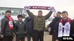 Болельщики футбольной команды «Актобе» встречают своих кумиров. Актобе, 21 ноября 2008 года.