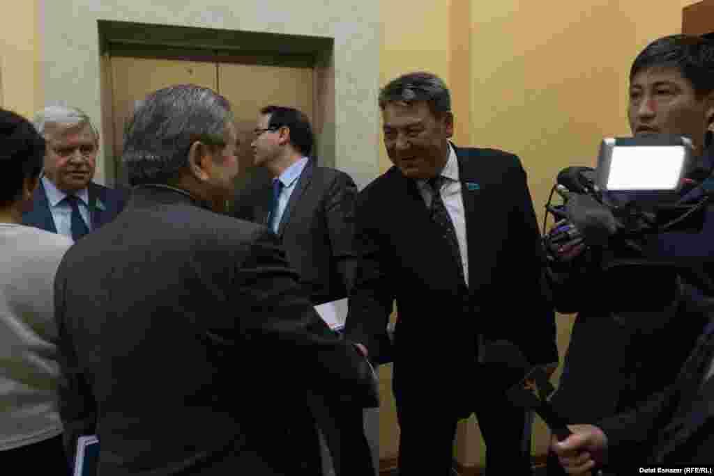 Депутаты мажилиса приветствуют друг друга перед началом первого в этом сезоне пленарного заседания нижней палаты парламента. Астана, 5 сентября 2018 года.