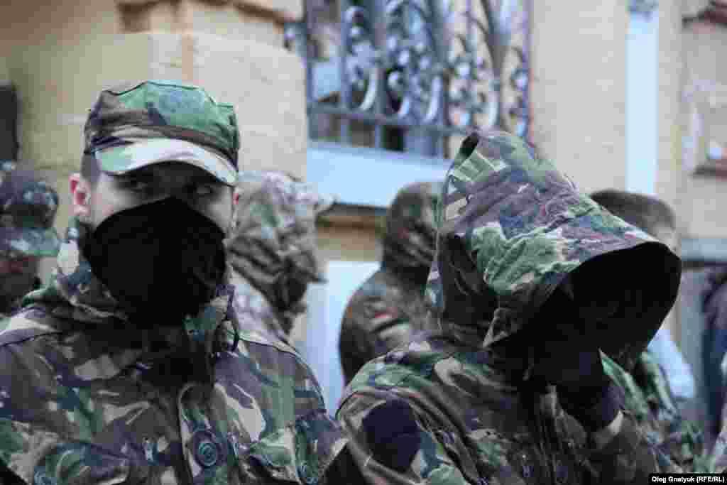 Частина добровольців ретельно ховає обличчя від камер