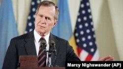 George H. Bush, se afla în fruntea Statelor Unite și la momentul dezmembrării URSS, după puciul eșuat din 1991. Aici, la o conferință de presă după întâlnirea cu liderul ucrainian, Leonid Kravciuc, la 6 mai 1992.