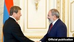 Премьер-министр Армении Никол Пашинян (справа) принимает мэра Глендейла Ара Наджаряна, Ереван, 1 июля 2019 г.
