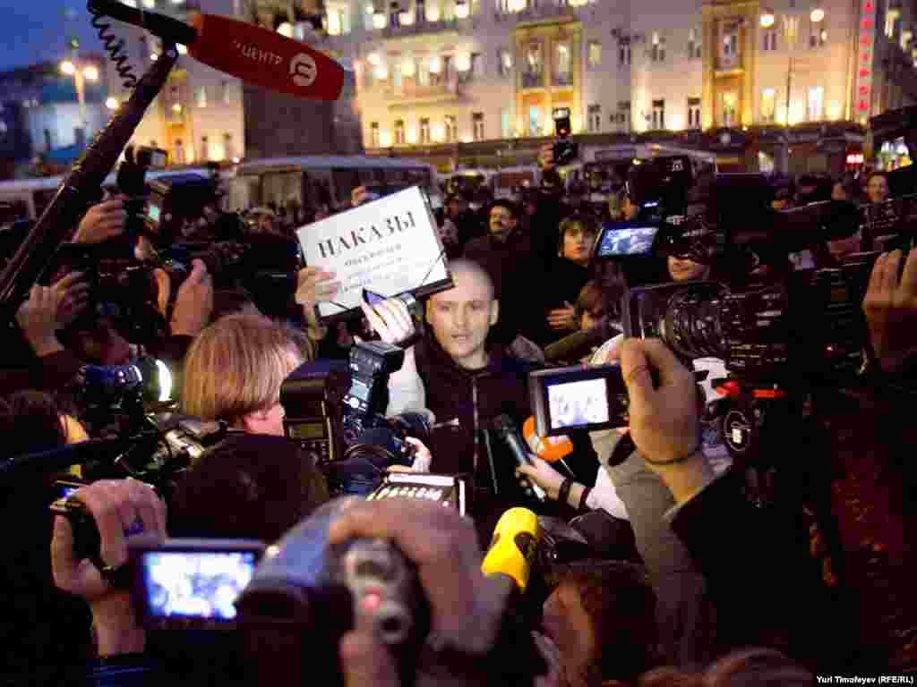 Один з організаторів акції Сергій Удальцов встиг привітати учасників акції зі «звільненням від лужковської окупації»...