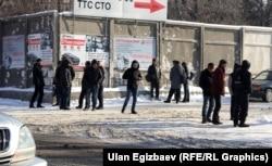 Бишкектин Лев Толстой көчөсүндө күнүмдүк иш үчүн кардар күткөндөр.