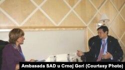 Hojt Brajan Ji u razgovoru sa Jasnom Vukićević, foto: Ambasada SAD u Podgorici