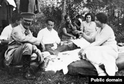 Йосип Сталін (перший зліва) з дружиною Надією (перша праворуч) на відпочинку. 1927 рік