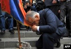 Раффі Ованнісян влаштовує собі «альтернативну інавгурацію» на площі Свободи в центрі Єревана, 9 квітня 2013 року