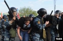 Задержание участников акции протеста на Болотной площади в Москве. 6 мая 2012 года