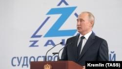 Президент России Владимир Путин на заводе «Залив» в Керчи, 20 июля 2020 года