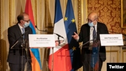 France -- French Foreign Minister Jean-Yves Le Drian (R) and his Armenian counterpart Ara Ayvazian hold a jont news conference after talks in Paris, December 8, 2020.