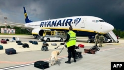 Verificarea bagajelor de pe zborul deturnat Ryanair Boeing 737-8AS, pe aeroportul din Minsk, duminică 23 mai, 2021.