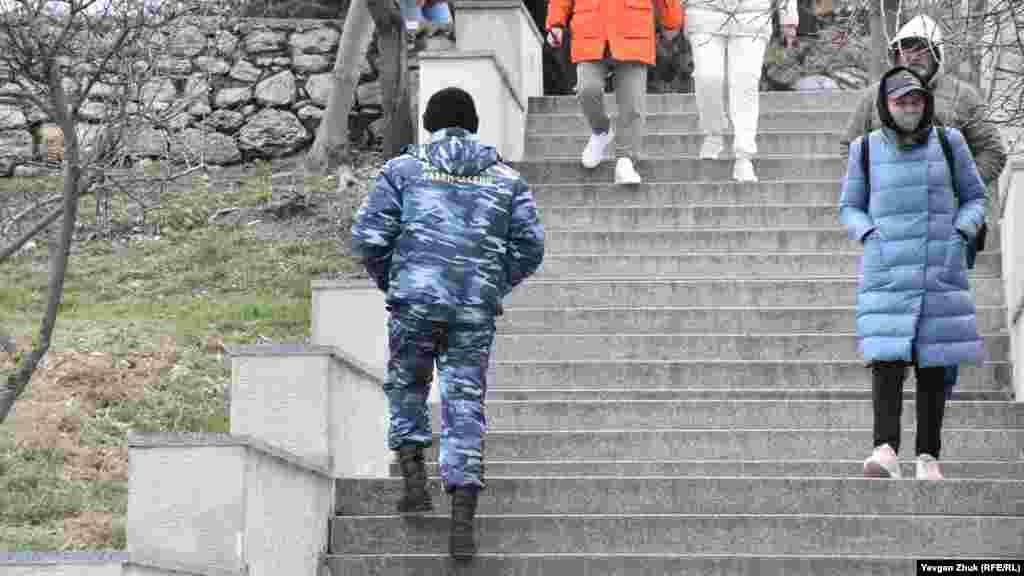 По территории музея-заповедника ходят охранники