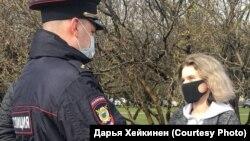 Сотрудник полиции на встрече с активистами предупреждает Дарью Хейкинен о недопустимости мероприятия