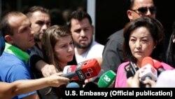 Ambasadorja amerikane në Tiranë, Yuri Kim gjatë një adresimi për media. Fotografi nga arkivi.