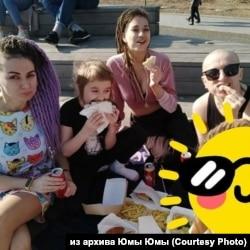 Юма, ее дочери Алина и Мила, внучка Милолика до отъезда из России